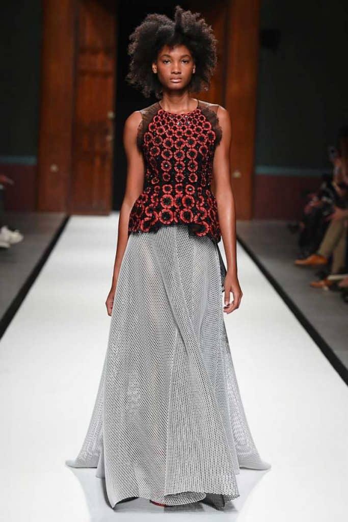 Die weibliche Silhouette wird definiert durch eine pointierte Taille, gewinnt aber durch glockenförmige Röcke wieder an Volumen. Foto: imaxtree