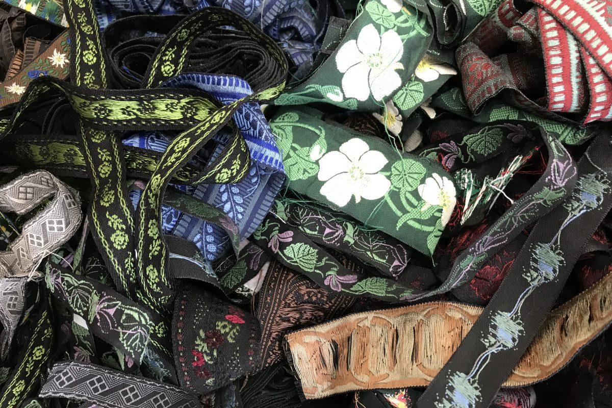 Sogar Abfälle aus Bändern, Bordüren und Stoffmustern ergeben ein wunderschönes Bild.