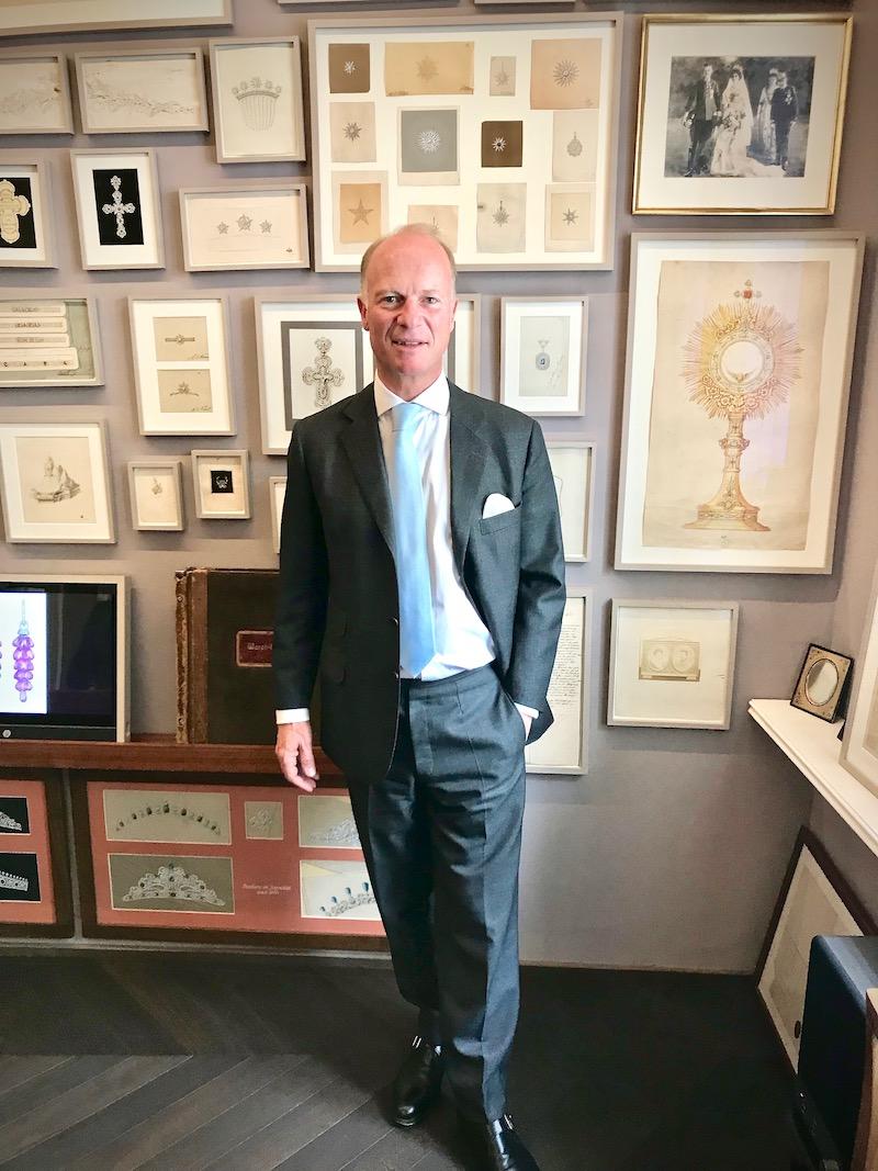 Wolfgang Köchert vor der Bilderwand mit zahlreichen Anfertigungen.