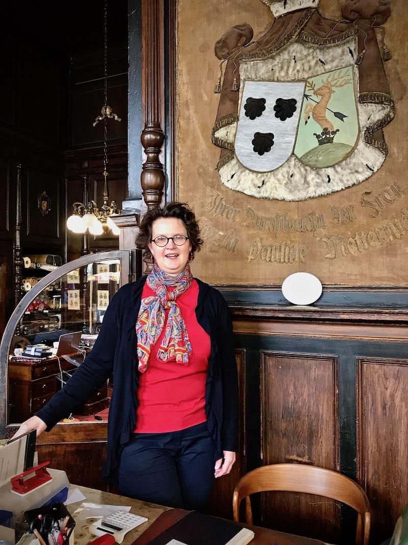 Marie Theres Arnbon, in ihrem traditionsreichen Geschäft.