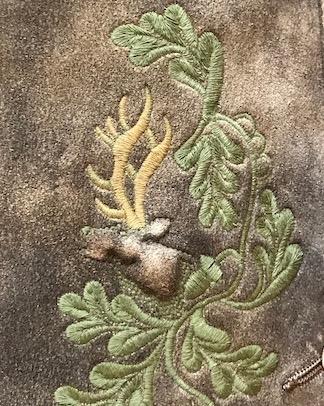 Wunderschöne Reliefstickerei ziert die Hirsch-Lederhose.