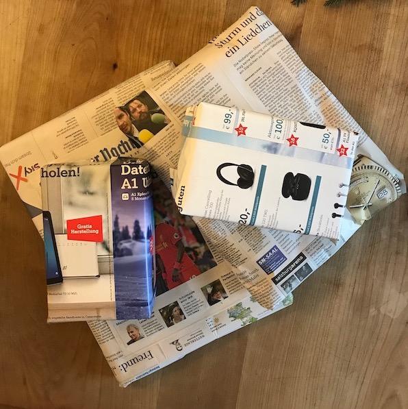 Weihnachtsgeschenke verpackt im Altpapier