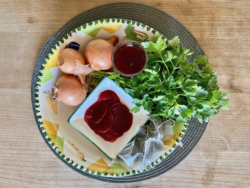 Zwiebel, Rote Rüben, Petersilie, alles Nahrungsmittel die zur natürlichen Färbung von Ostereiern möglich sind.
