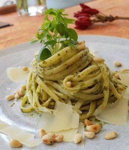 Pasta mit Basilikum und Pinienkernen