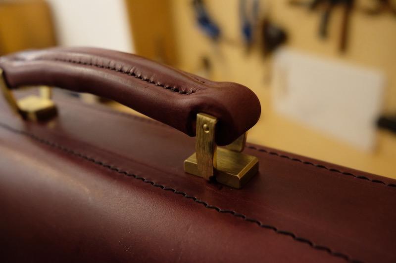 Die Aktentasche zeigt wunderschön gearbeitet Details