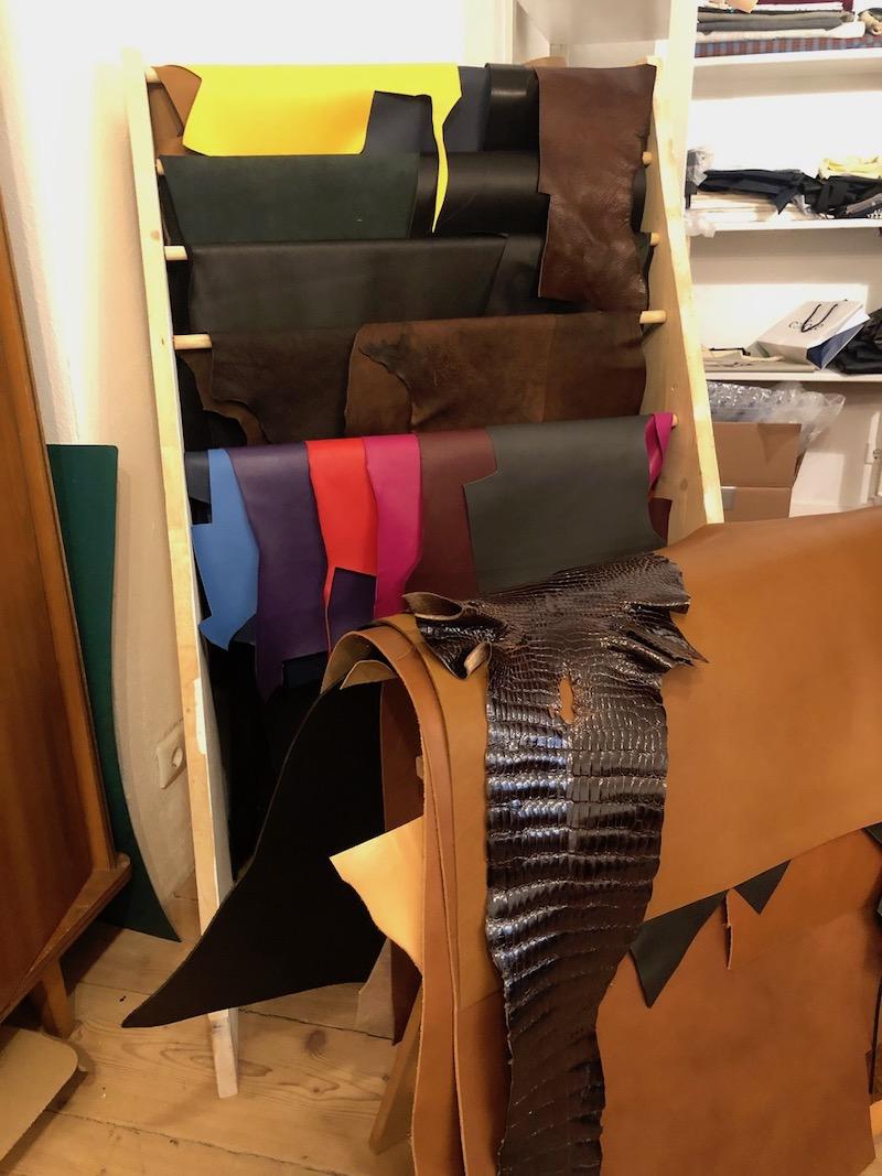 Unterschiedlichste Lederarten und Lederfarben stehen zur Auswahl