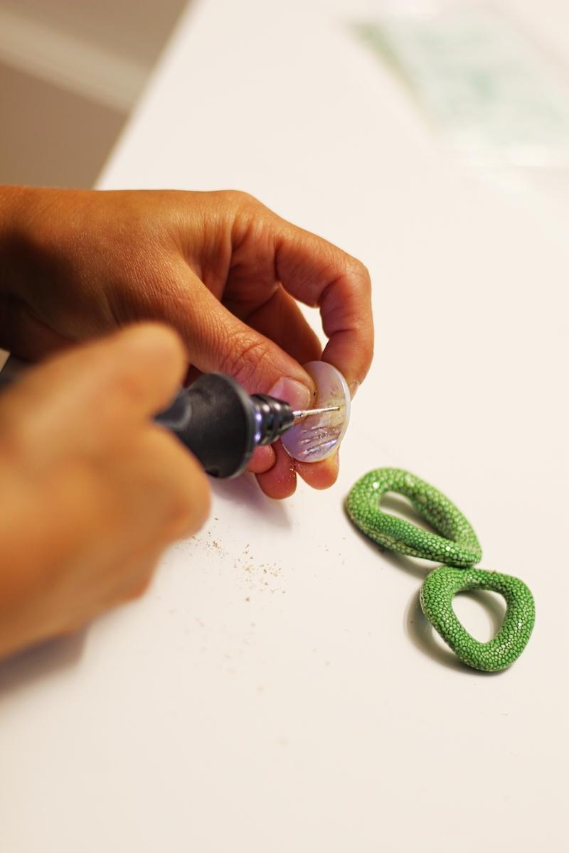 Durch die Lochbohrung wird der Ohrring von Lieblingsstückerl mit dem Stecker verbunden.