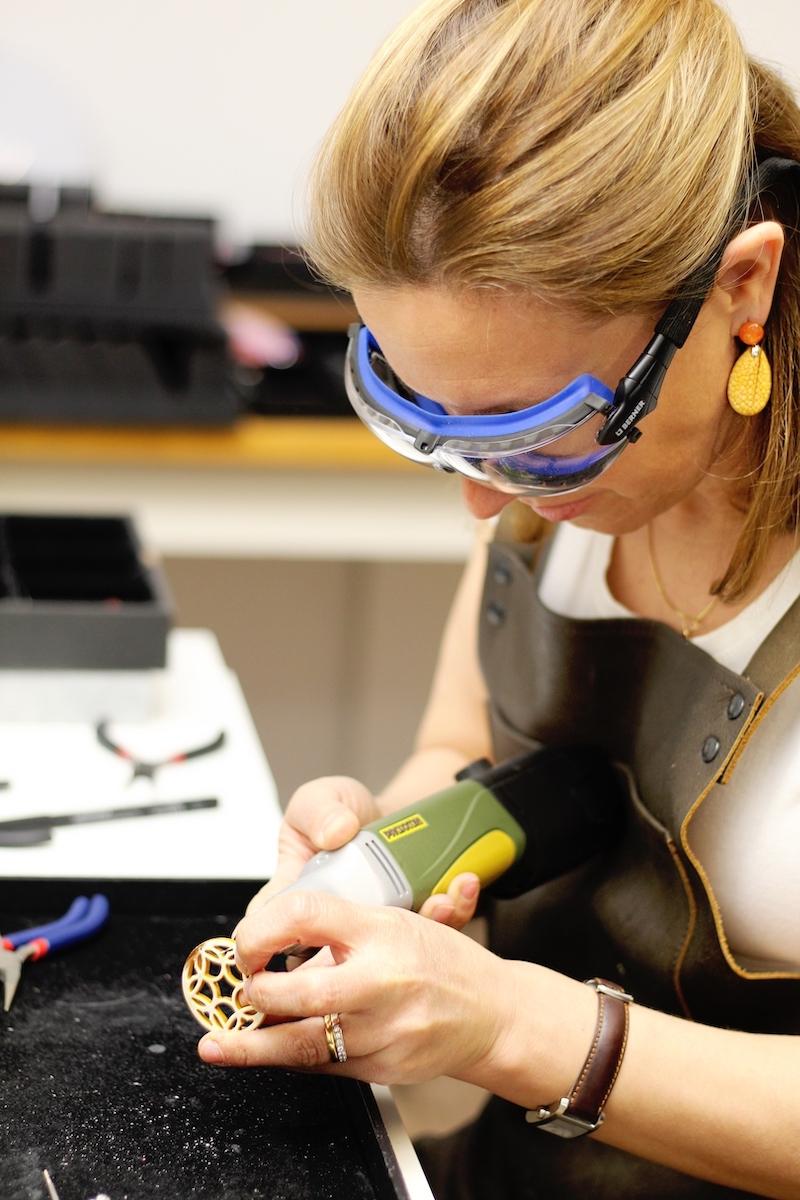 Elisabeth Limmert bohrt das Loch für den Ohrstecker von Lieblingsstückerl